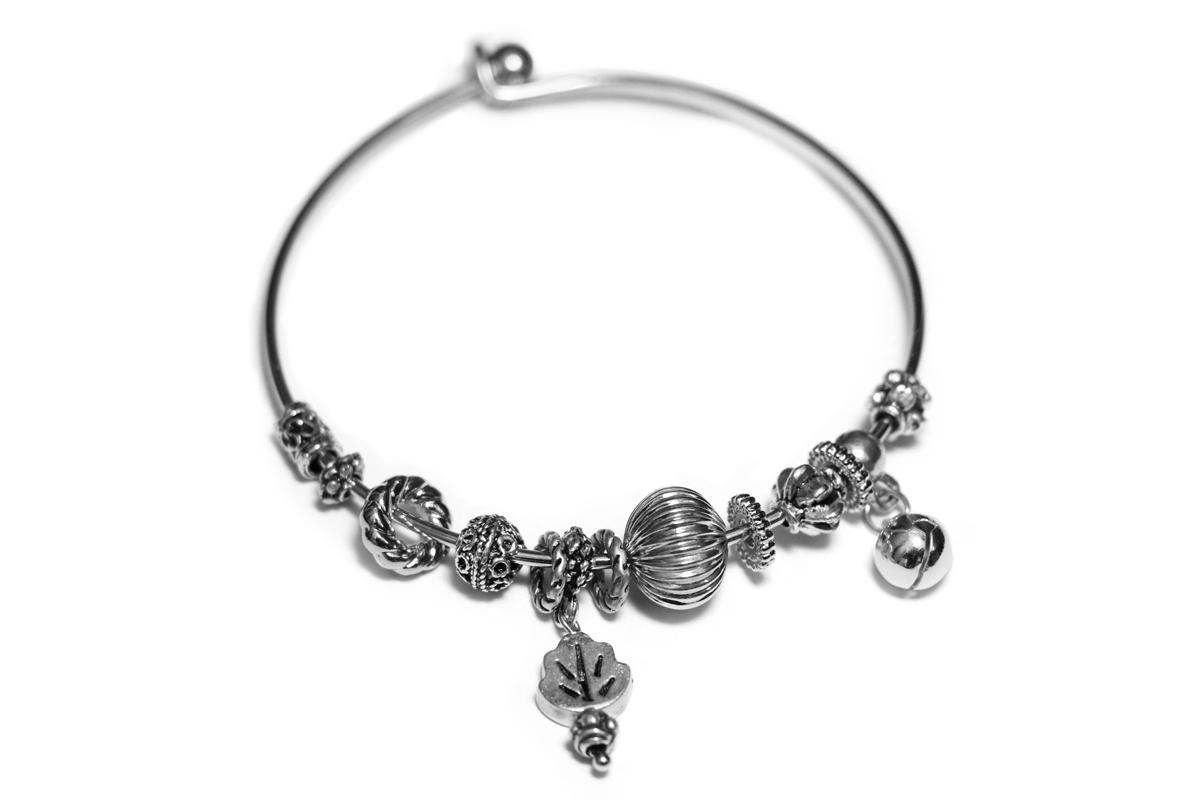 Bracciale rigido con charms in metallo